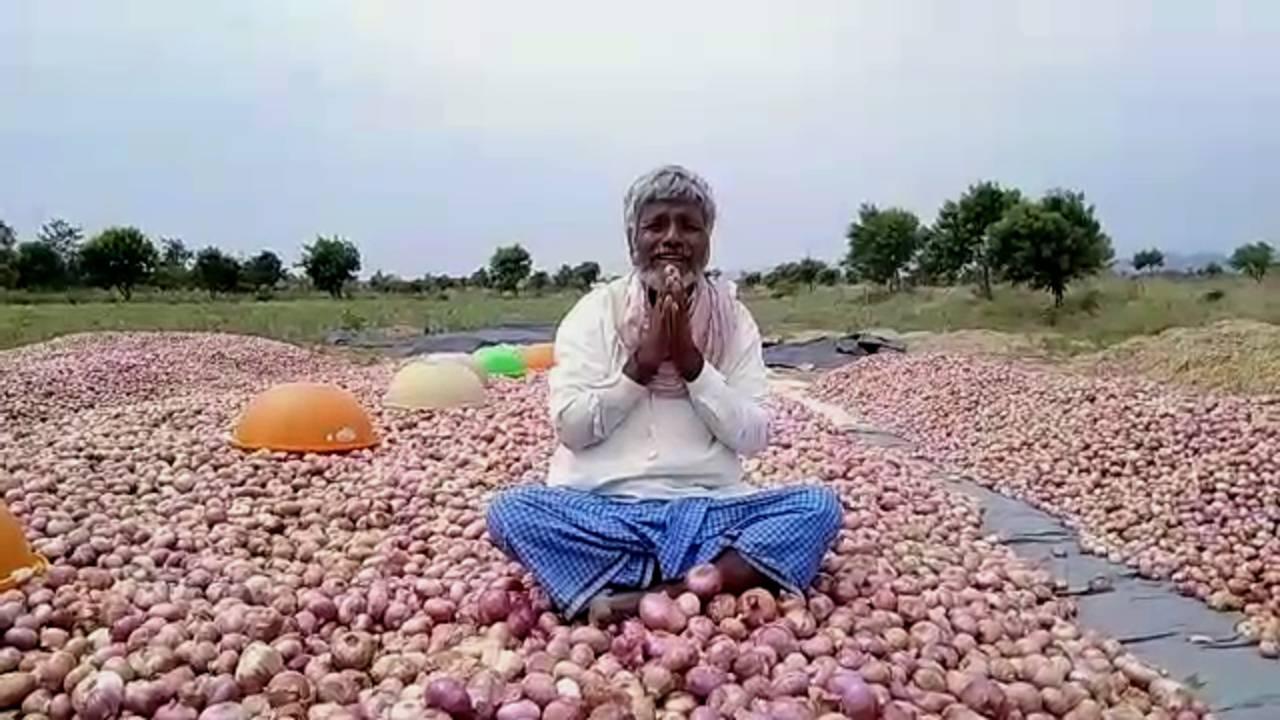 ಈರುಳ್ಳಿ ರಾಶಿಯಲ್ಲಿ ಕುಳಿತು ಡಂಬಳ ರೈತನ ಕಣ್ಣೀರು, ನೆರವಿಗಾಗಿ ಸಿಎಂಗೆ ಮೊರೆ